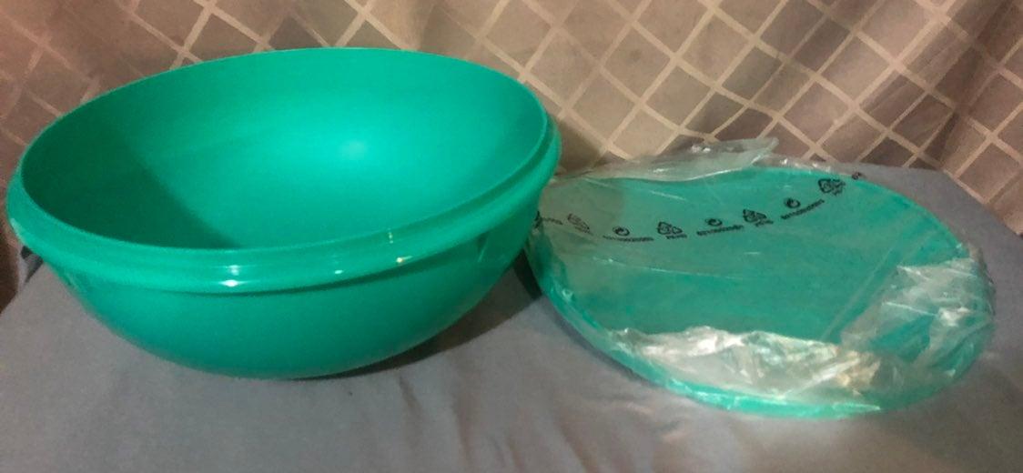 New Tupperware large thatsa bowl 7.8 L