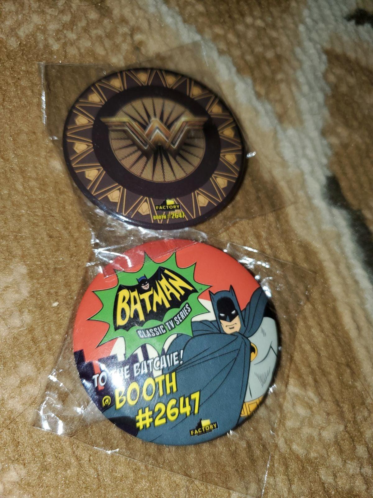 Batman wonder woman pin comic DC Sdcc