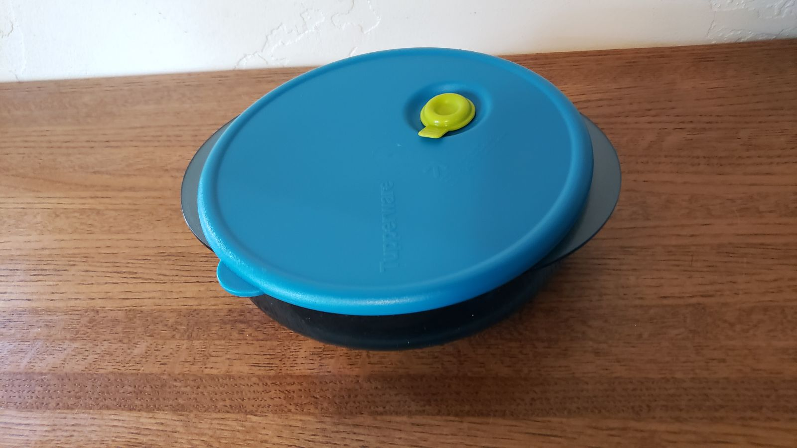 New Tupperware Large round Vent and Serv