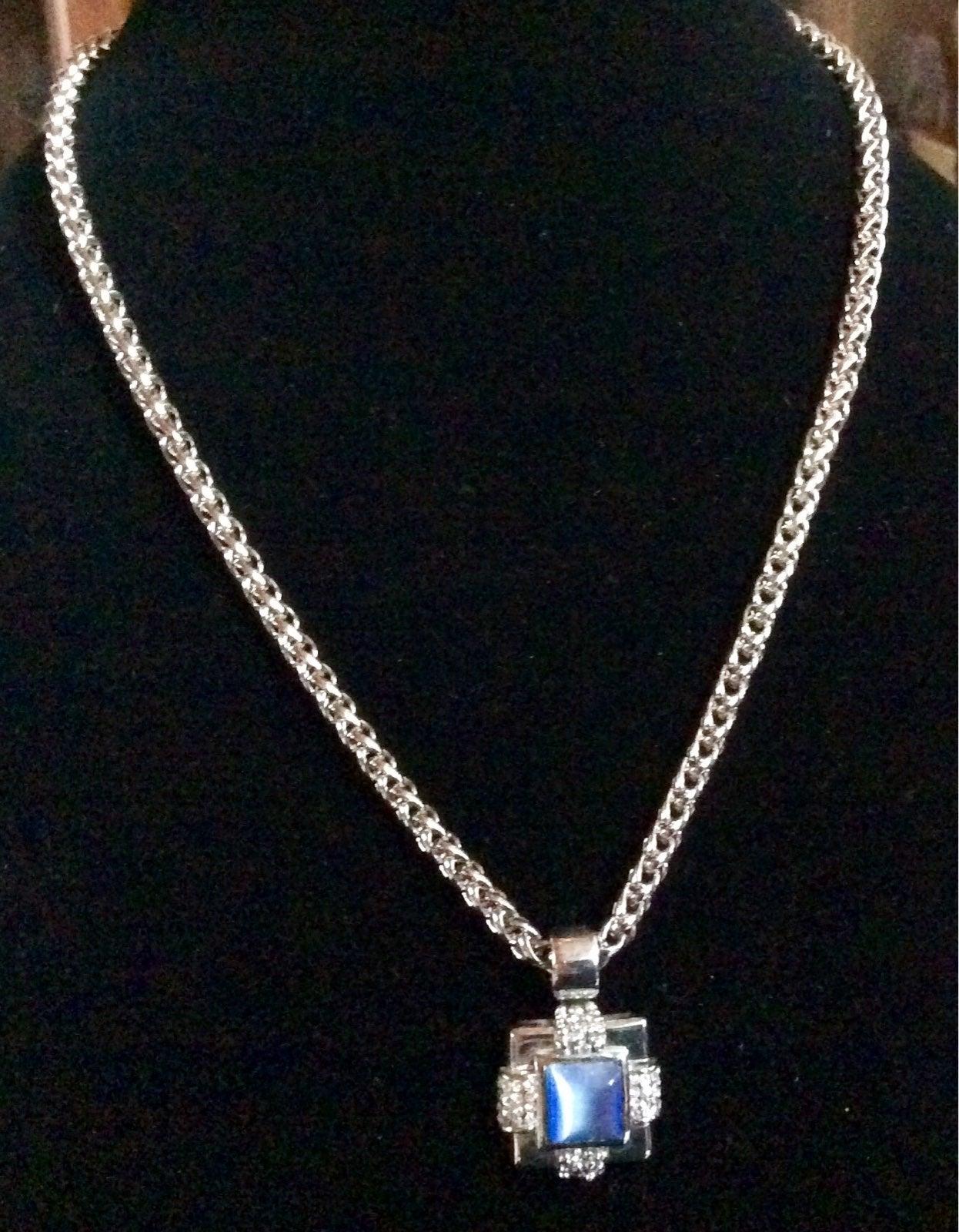 Avenue brand silver tone necklace,pendan