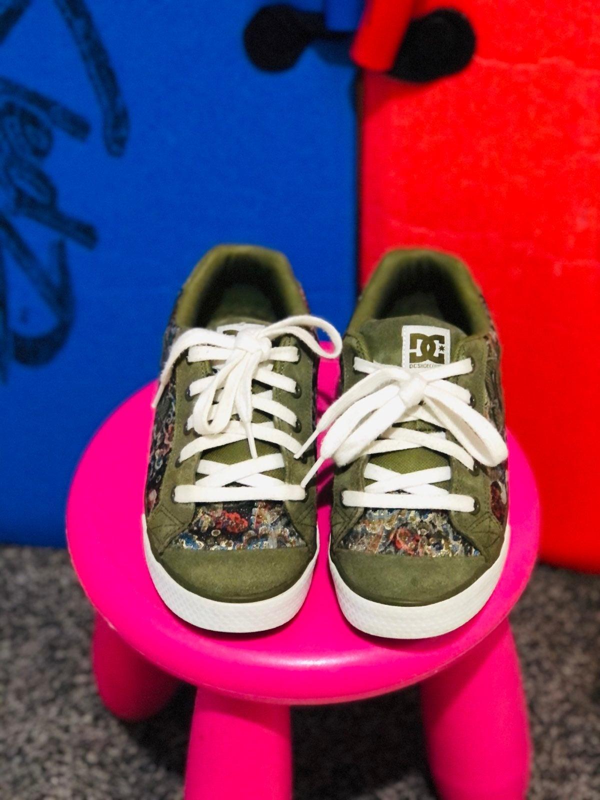 DC Shoe Co USA Skateboarding Shoes, Pain