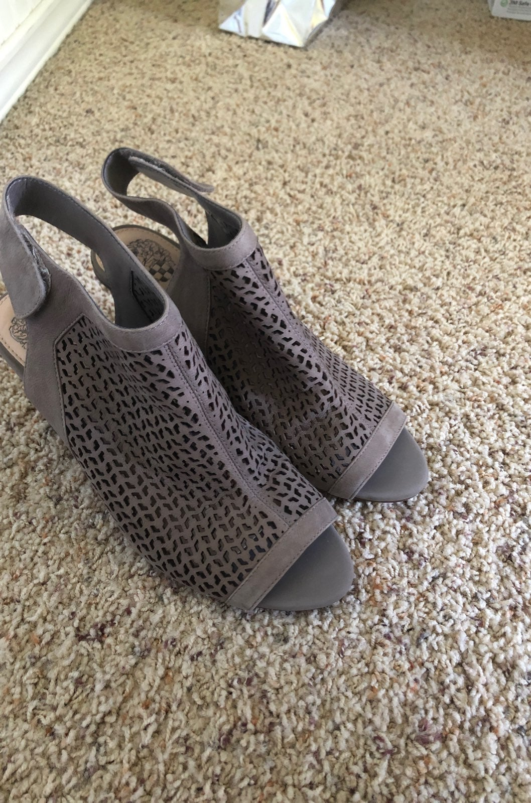 Vince Camuto shootie Gray size 8