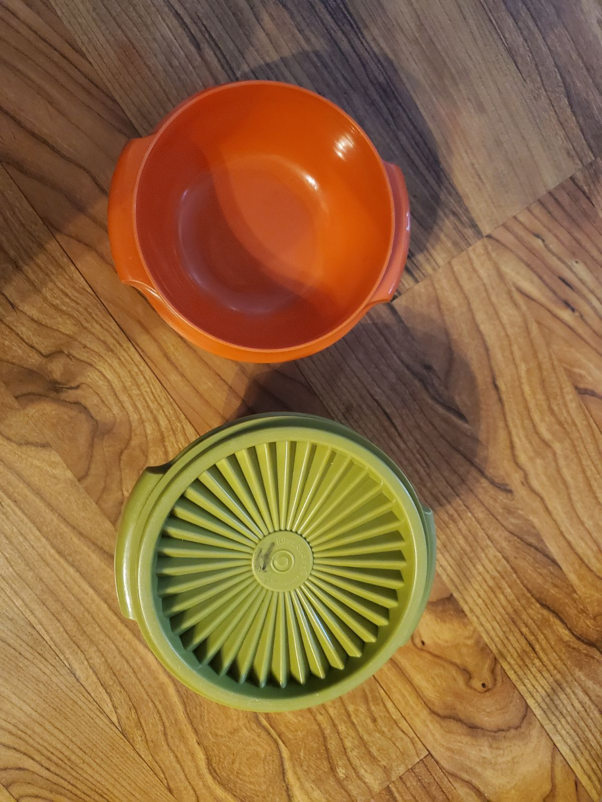 2 set Tupperware bowls