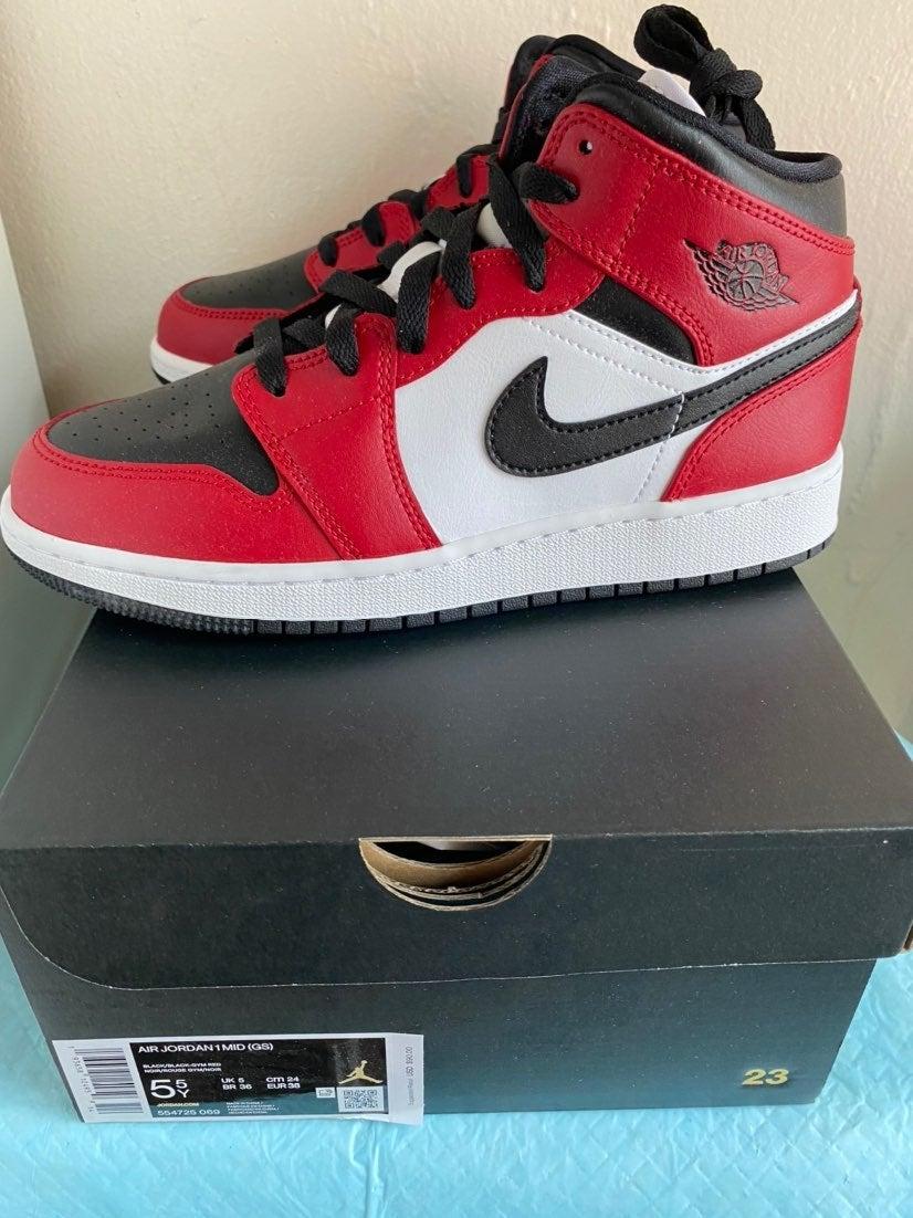 Nike Jordan 1 mid chicago 5.5Y