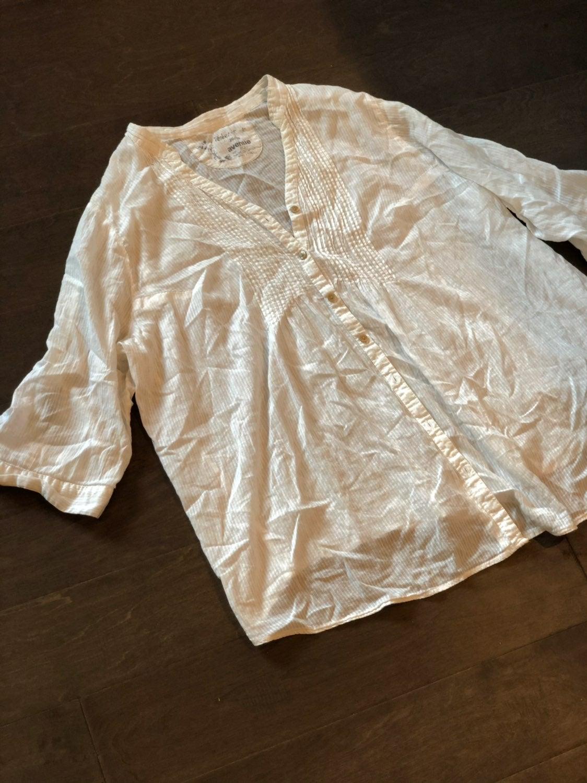 Women's Avenue white button up shirt 26