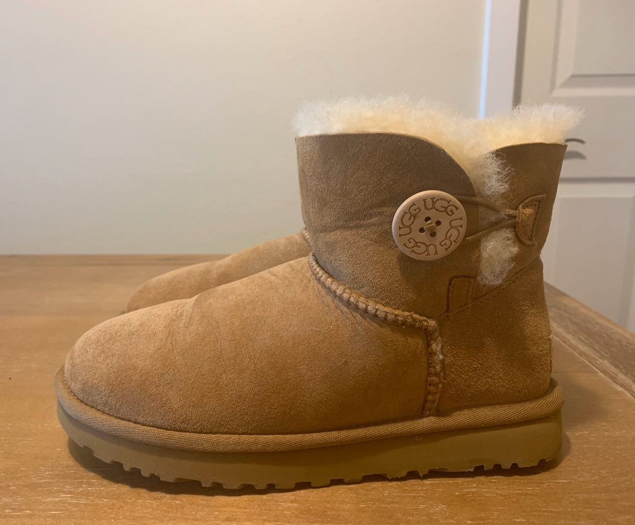 UGG BAILEY BUTTON SHEARLING BOOTS 6