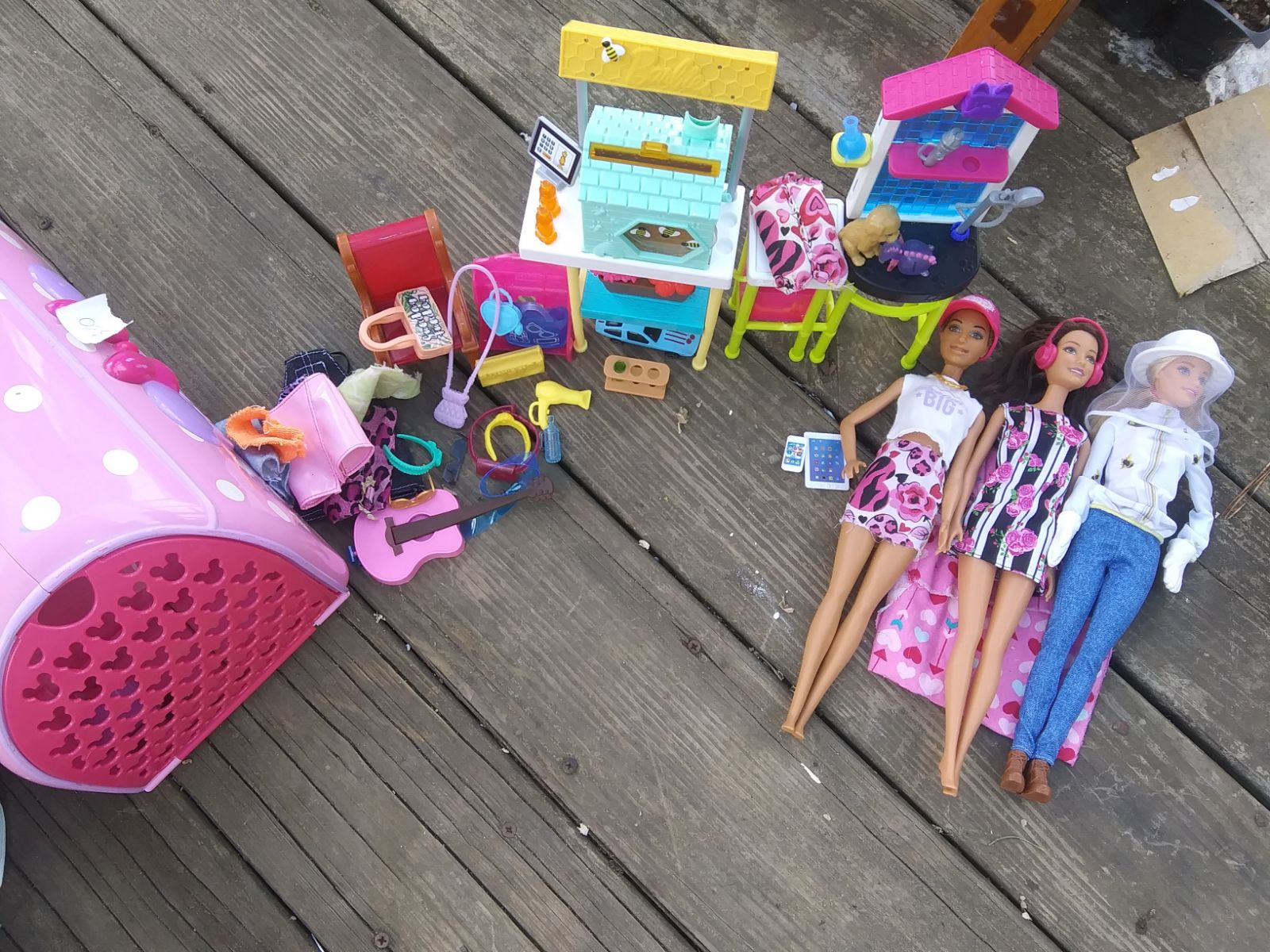 Doll clothes, 3 dolls, 3 furniture piece