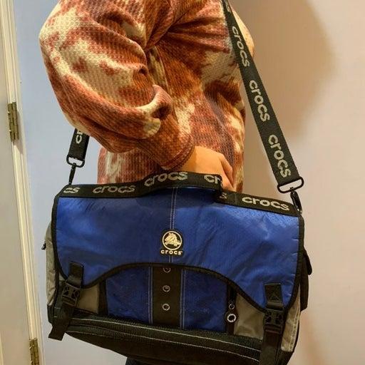 CROCS PADDED MESSENGER  BAG