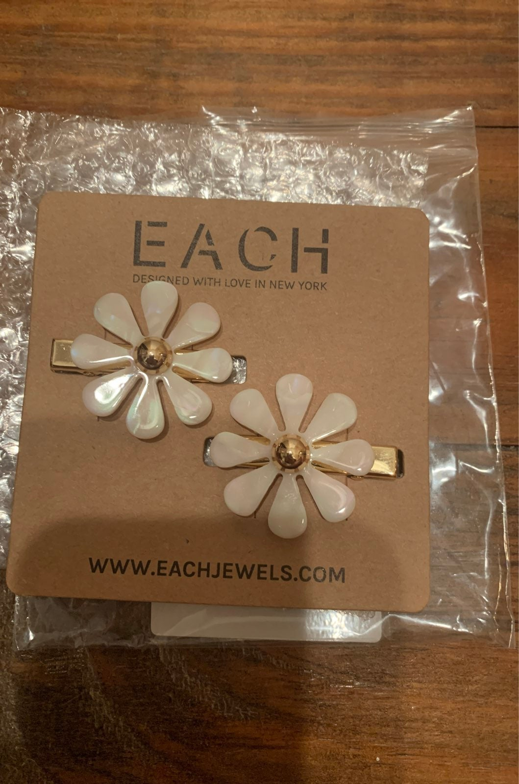 Each Jewels beige and gold hair clips