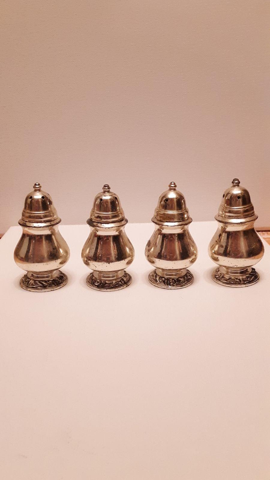 Set of 4 oneida salt and pepper shakers