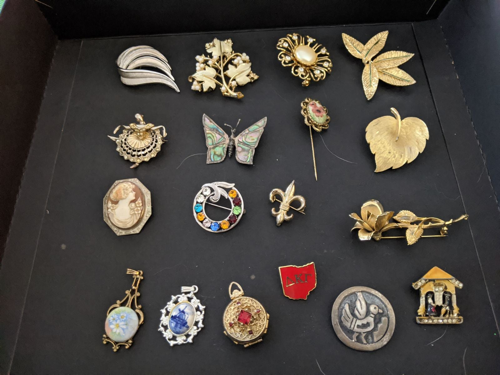 Vintage costume brooches and pendants