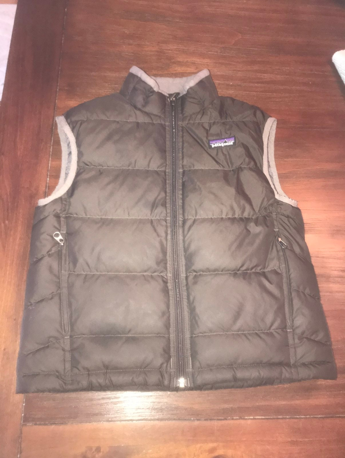 Boys small patagonia vest dark grey/dark