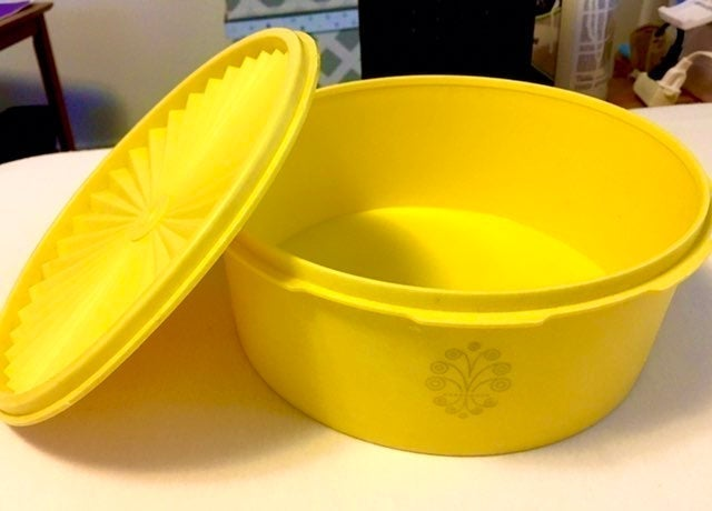 "VNTG 7.5"" Tupperware Yellow Servalier"