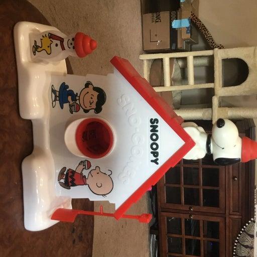 Snoopy Sno-cone Machine plus 6 flavor re