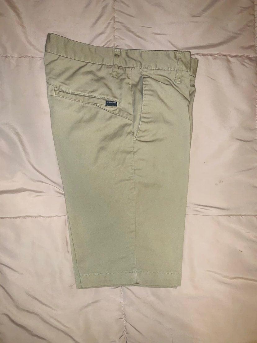 VOLCOM khaki shorts ( size 28)