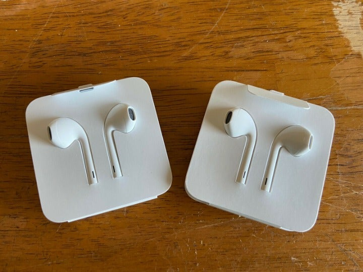 Lot Apple iPhone 11 and ipad air earbuds