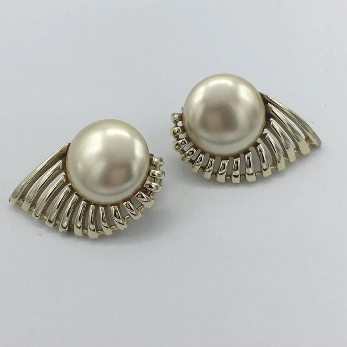 Vintage SARAH Coventry PEARL FLIGHT From August 1957 Silver toned Faux Pearl