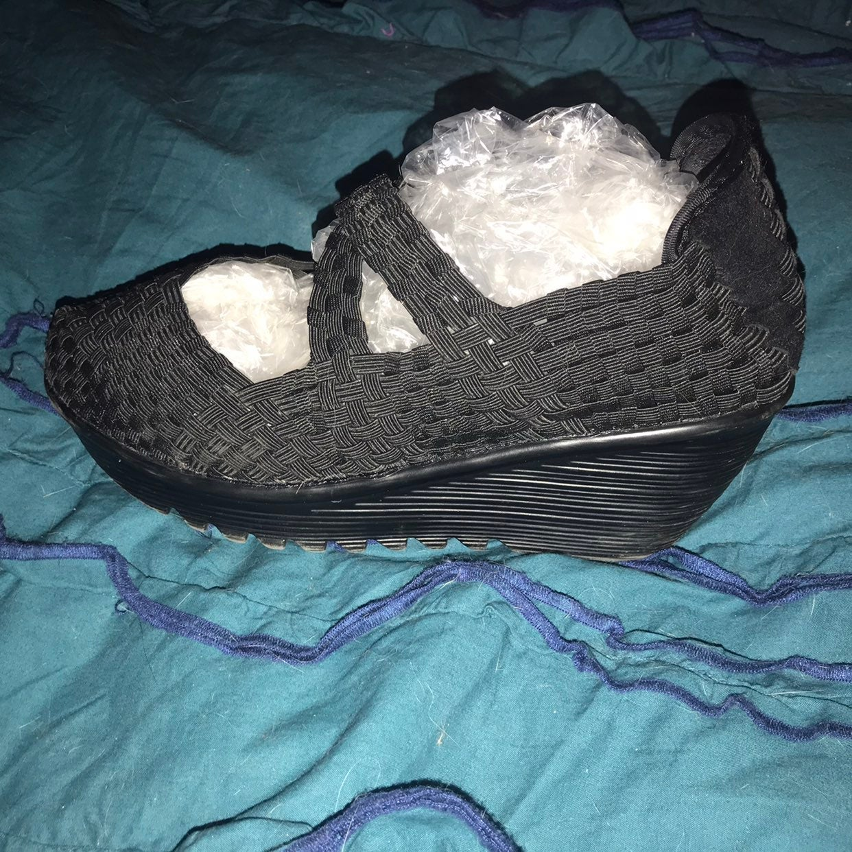 Crisscross stretchy sandals
