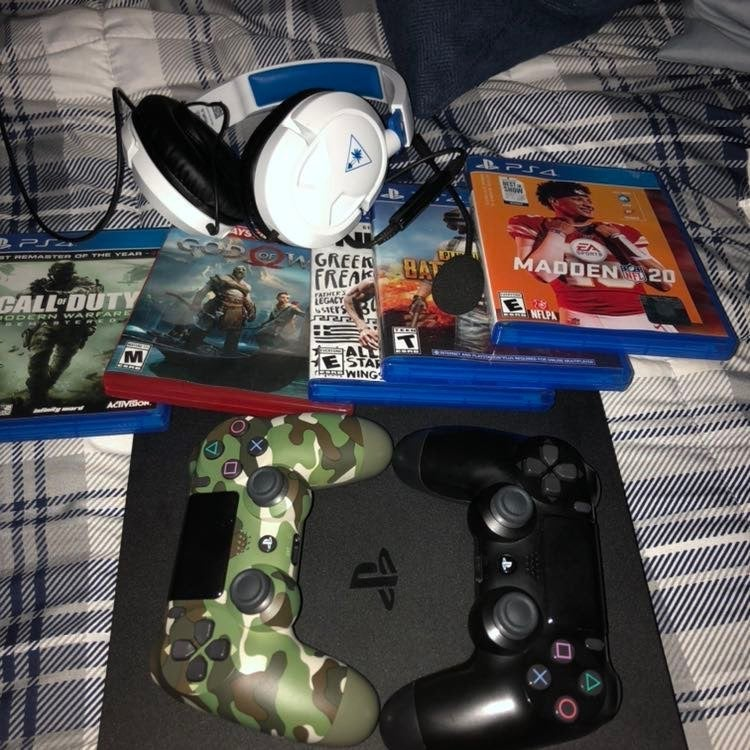 PS4 w/ 2 Controllers & GAMES & HEADSET
