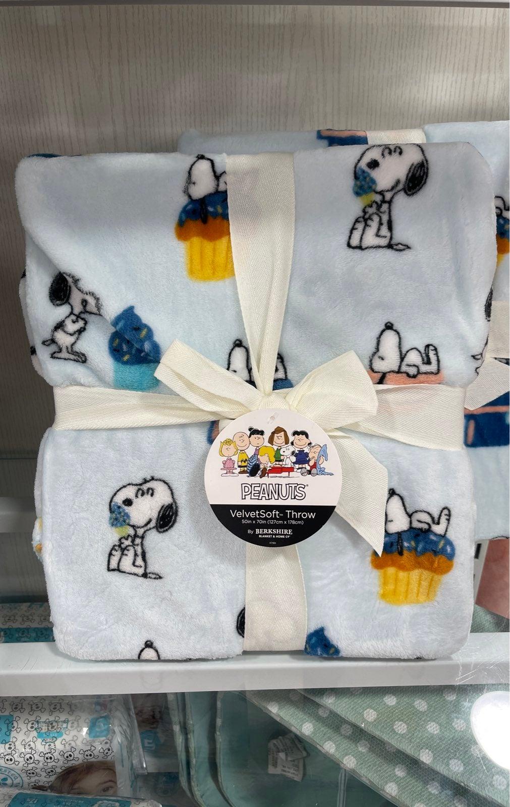 Peanuts Snoopy Cupcake & Sweets Throw