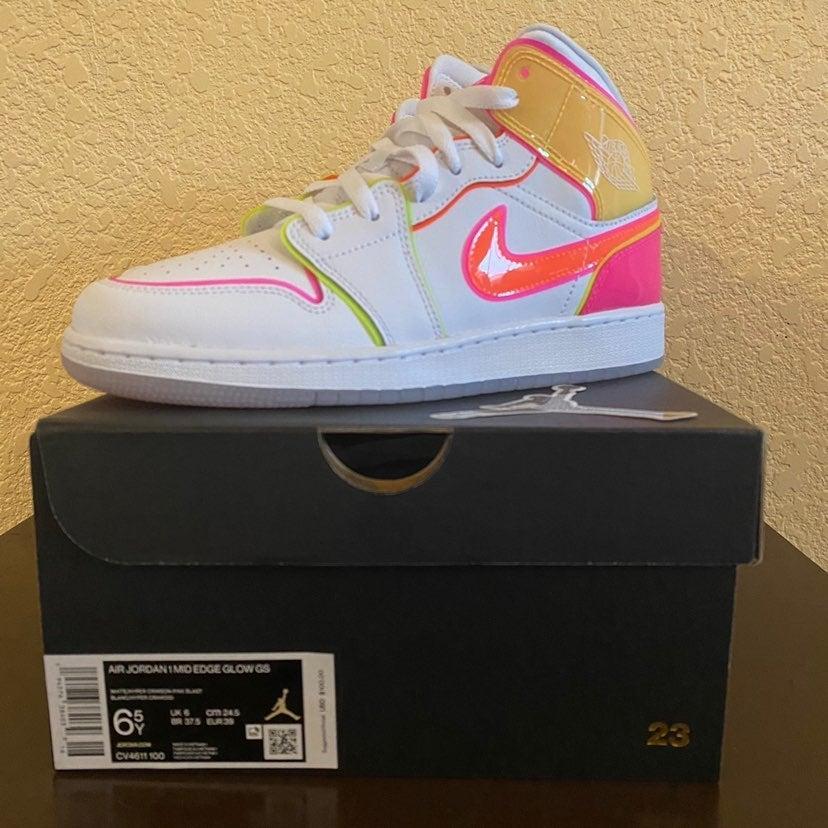 Nike Air Jordan 1 Mid Edge Glow GS 6.5Y
