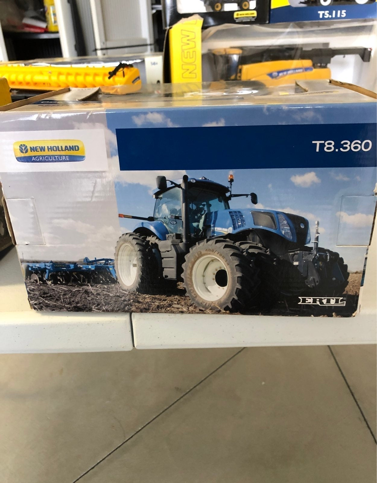 New Holland T8.360 1:32 scale.