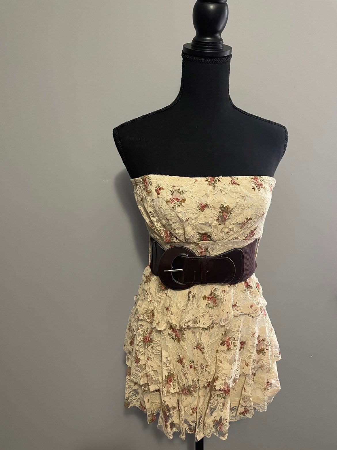 Strapless & belted lacey top