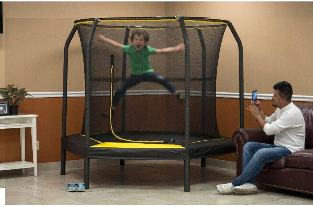 7.5 ft jumpking trampoline with enclosur
