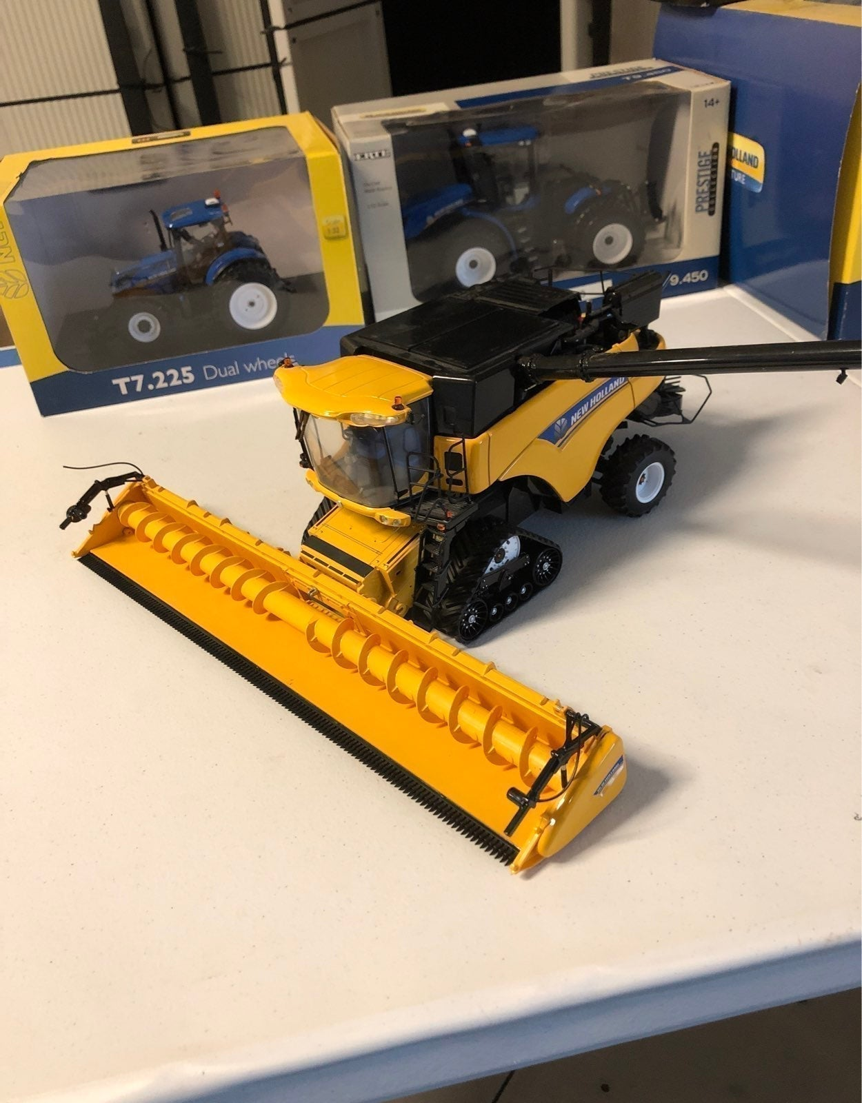 New Holland cr.9090 tracked combine. 1:3