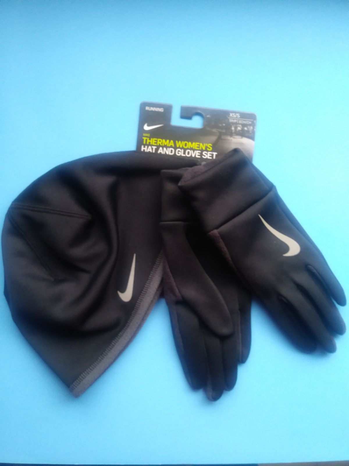 BRAND NEW NIKE WMN THERMA HAT/GLOVE SET