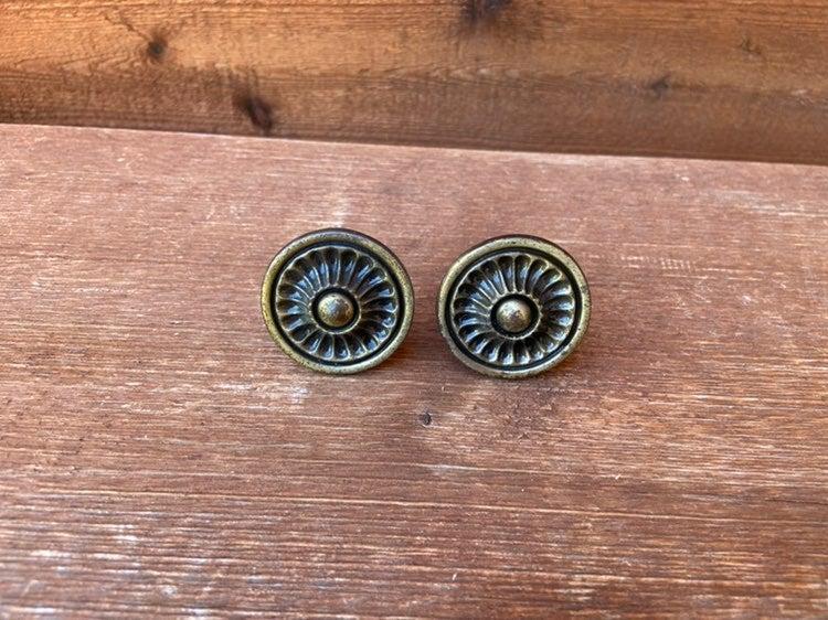 Metal knobs (2 total)