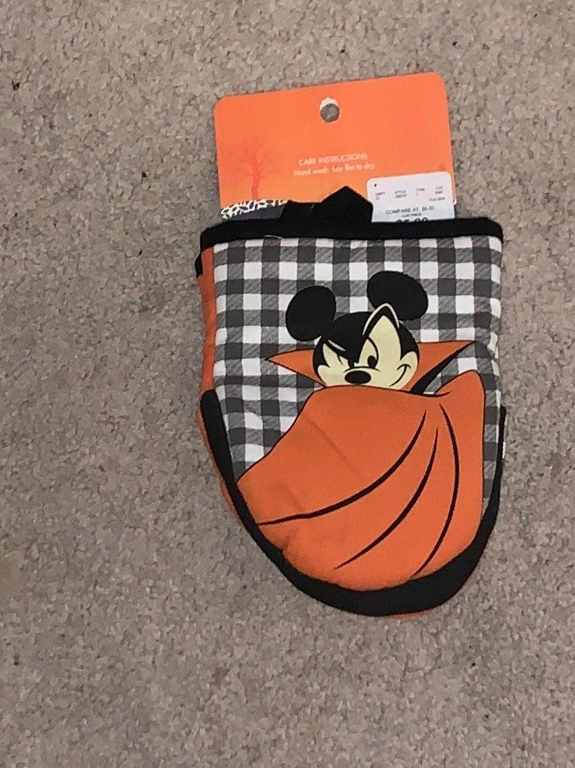 DisneyHalloween Vampire Mickey Oven Mitt