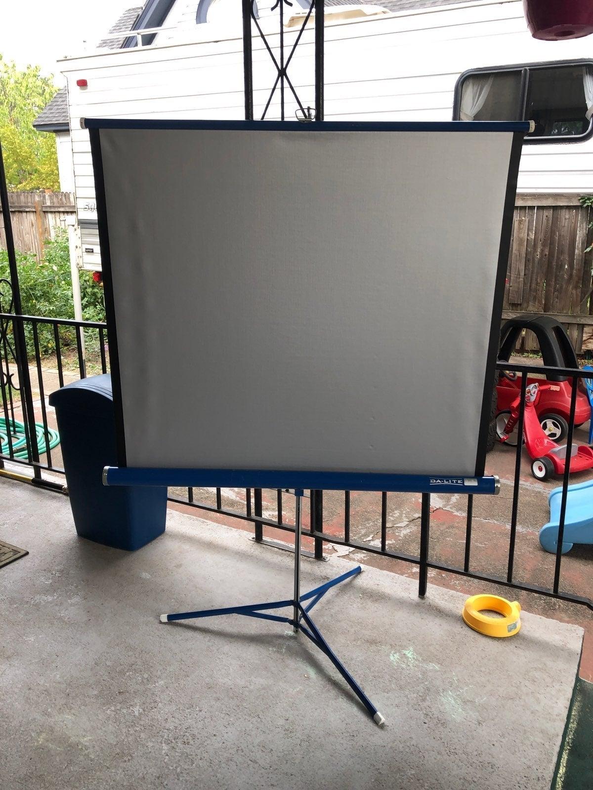 Da Lite Movie Screen.Da Lite Projector
