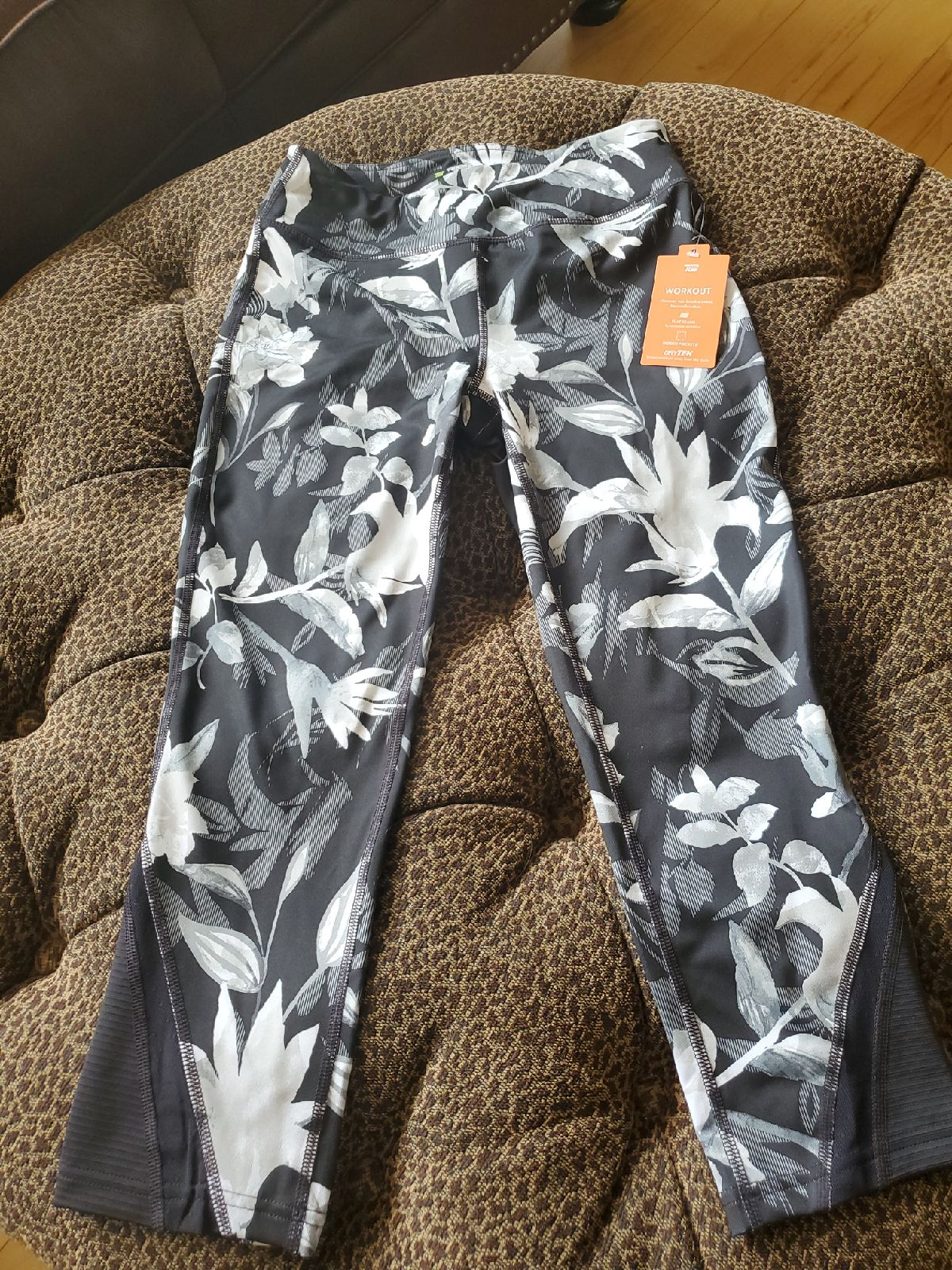 Leggings with hidden pocket size small