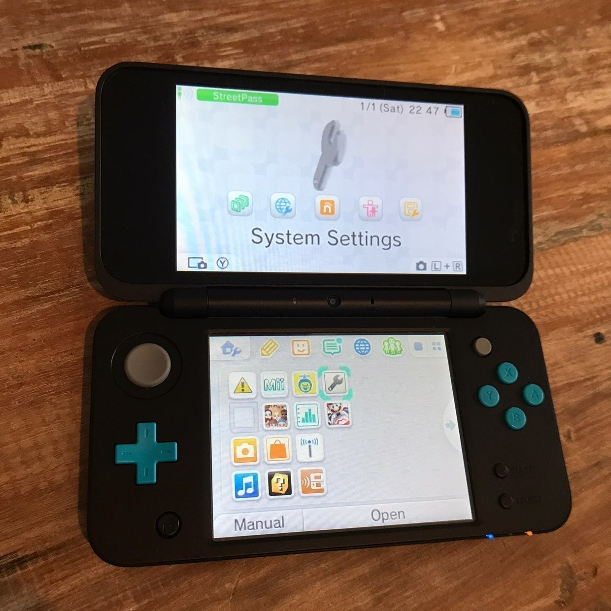 Nintendo 2DS XL Console & Charger