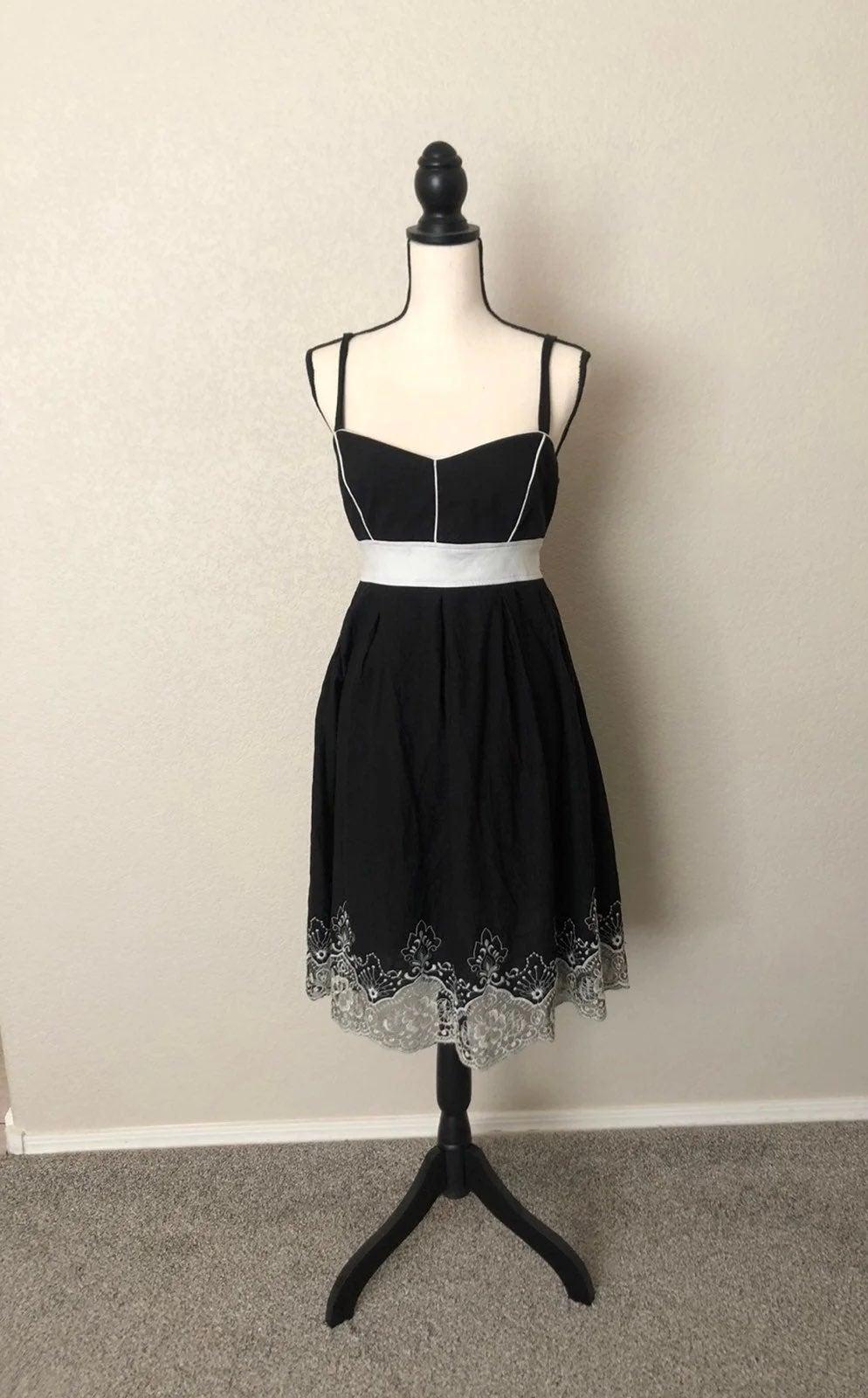 Vintage Style Swing dress w/ Lace Detail