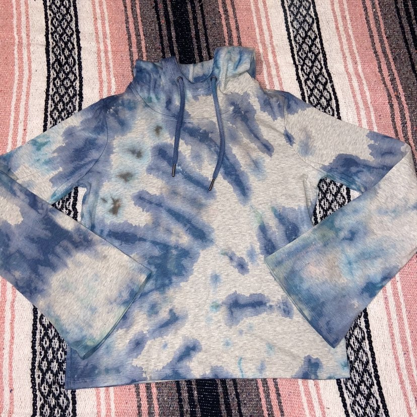 gaiam hand tie dyed pull over M