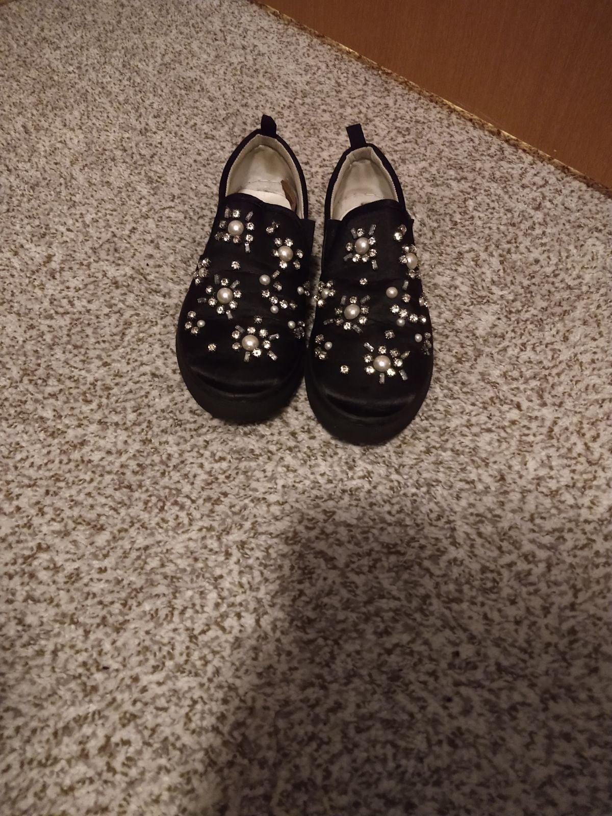 Black flat fashion shoes